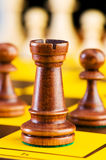 Schachkonzept mit Stücken Stockfotos
