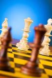 Schachkonzept mit Stücken auf dem Vorstand Lizenzfreie Stockfotos