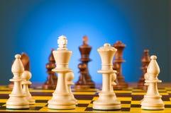 Schachkonzept mit Stücken auf dem Vorstand Stockfotos