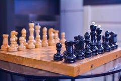 Schachspiel auf dem Brett stockfoto