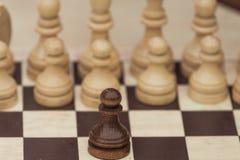 Schachspiel mit den weißen und schwarzen Stücken Stockbild