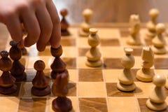 Schachspiel mit Spieler stockfotos