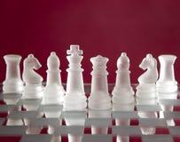 Schachspielabbildungen auf rotem Hintergrund Lizenzfreie Stockfotografie