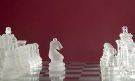 Schachspielabbildungen auf rotem Hintergrund Lizenzfreies Stockfoto