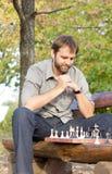 Schachspieler, der seine Strategie ausarbeitet Stockfoto