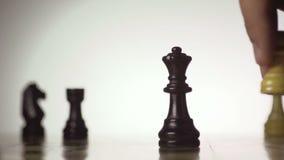 Schachspieler macht eine Bewegung das schwarze Pfand Vorwärts stock video footage