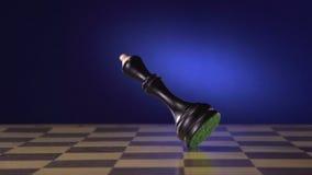Schachspieler macht eine Bewegung das schwarze Pfand Vorwärts stock video