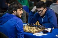 Schachspieler während des Spielens am lokalen Turnier Lizenzfreie Stockfotos