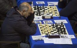 Schachspieler während gameplay an einem lokalen Turnier Lizenzfreie Stockfotos