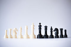 Schachspielschwarzes gegen Weiß Stockfotos