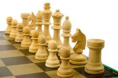 Schachstücke auf einem Schachbrett lizenzfreie stockfotos