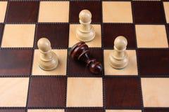 Schachstücke auf einem Schachvorstand Lizenzfreies Stockfoto