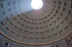 Schacht van licht door oculus Stock Foto