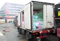 Schachteln Sie Lastwagen voll der Eissätze für Verkauf stockbild