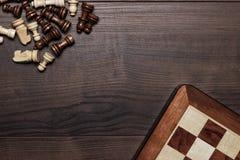Schachvorstand und -abbildungen vorbei woden Hintergrund Stockbilder