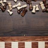 Schachvorstand und -abbildungen woden ein Hintergrund Lizenzfreies Stockfoto