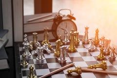 Schachwettbewerb für Geschäftskonzept Kopieren Sie Raum und Bleistifte Stockbilder