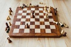 Schachzahlen zerstreuten auf Schachbrett am Tisch Lizenzfreie Stockfotos