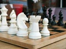 Schack är en fientligt inställd lek för populär forntida brädelogik med speciala svartvita stycken, på ett cellbräde för intellig arkivbild