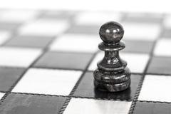 schack black maten för förlust för viktign för leken för slutet för schacket för brädeaffärskontrollen, metafor sommonokromen öve Royaltyfri Fotografi