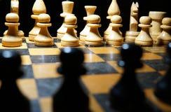 Schack figurerar makrofotoet i mörkret royaltyfria foton