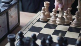 schack Hand för man` som s gör en flyttning med den vita riddaren stock video