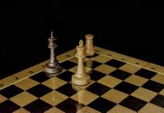 schack Schackbr?de p? en svart bakgrund royaltyfri fotografi