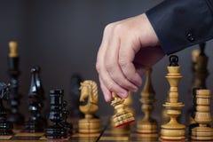 schack som därefter betraktar modig flyttning Arkivfoto