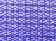 Schackbräde- eller schackbrädemodell i violet eller lilor som bakgrund Arkivbild
