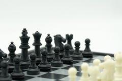 Schackbräde med ett schackstycke på baksidan som förhandlar i affär Arkivfoton
