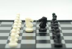 Schackbräde med ett schackstycke på baksidan som förhandlar i affär Royaltyfri Fotografi