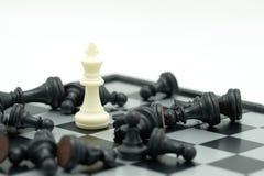 Schackbräde med ett schackstycke på baksidan som förhandlar i affär Royaltyfri Bild