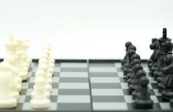 Schackbräde med ett schackstycke på baksidan som förhandlar i affär Royaltyfria Bilder