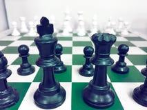 Schackbräde med ett schackstycke på baksidan som förhandlar i affär som bakgrundsaffärsidé och strategibegrepp arkivbilder