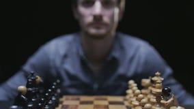 Schackbräde med klassiska trästycken 036 stock video