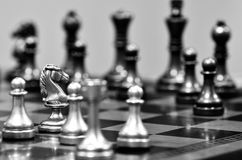 Schackbräde med riddaren Facing Opponent royaltyfria foton
