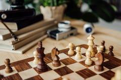 Schackbräde med schackdiagram under leken hemma Arkivbild