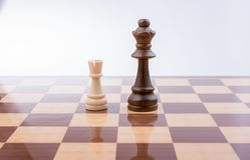 Schackbräde med schackstycken Royaltyfria Bilder