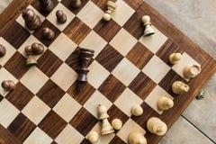 Schackbräde med spridda schackdiagram på träyttersida Fotografering för Bildbyråer