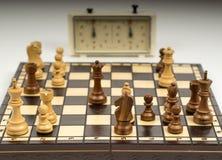 Schackbräde med stycken Arkivfoto