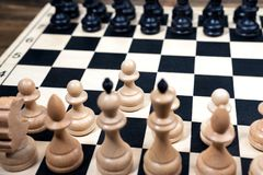 Schackbräde på trätabellen Arkivbilder