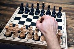 Schackbräde på trätabellen Royaltyfri Fotografi