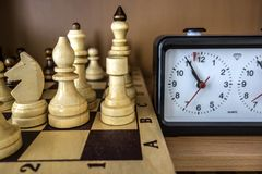 Schackbräde, schackstycken och schackklocka Royaltyfri Fotografi