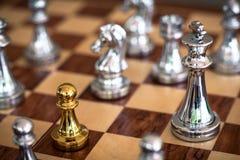 Schackbrädelek, konkurrenskraftigt begrepp för affär royaltyfria bilder