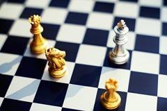 Schackbrädelek, nackdelkonung som omger vid fienden med det allvarliga lägeläget, konkurrenskraftigt begrepp för affär, kopia royaltyfria bilder