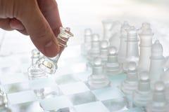 Schackbrädelek som göras av exponeringsglas, konkurrenskraftigt begrepp för affär royaltyfri fotografi