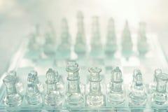 Schackbrädelek som göras av exponeringsglas, konkurrenskraftigt begrepp för affär arkivbilder