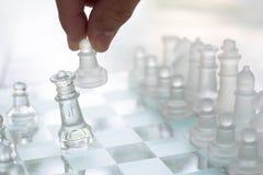 Schackbrädelek som göras av exponeringsglas, konkurrenskraftigt begrepp för affär arkivfoto