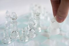 Schackbrädelek som göras av exponeringsglas, konkurrenskraftigt begrepp för affär royaltyfria foton