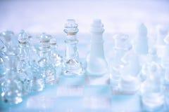 Schackbrädelek som göras av exponeringsglas, konkurrenskraftigt begrepp för affär royaltyfri bild